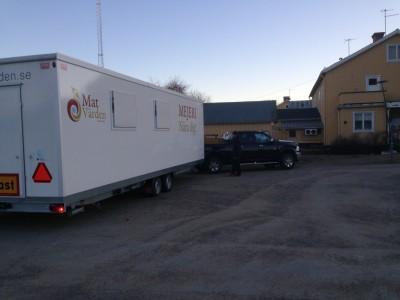 På fredagskvällen anlände det mobila mejeriet till sin nya stationeringsplats som är parkeringen utanför Lötens Handel.