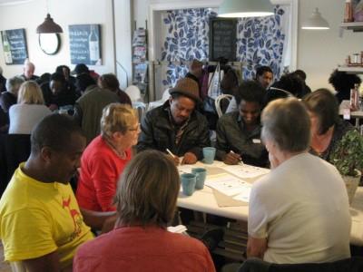 Det blir fullt hus när rengsjöborna möter flyktingar på språk-caféet