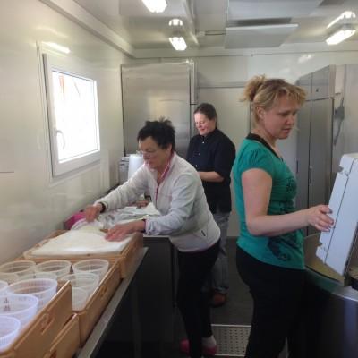 Eva Bernstål, Gill Simpsson och Ylva Olofsson har nu i ett halvårs tid gjort ost som sålts i bl a Lötens Handel och lockat nya kunder till butiken.