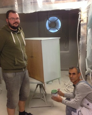 En av delägarna, Jon Törnros, är belåten med det målerijobb som Said Barakat från Syrien utför. Sedan han kom till Glösbolagret har han också lärt sihg att hantera färgsprutan och det kommer in mycket beställningsarbeten på ommålningar av dörrar och möbler.