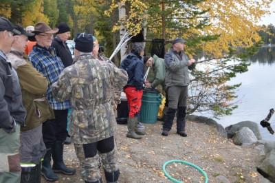 Många intresserade följde utsättningen av de fiskar som fiskevårdsföreningen svarade för i helgen.