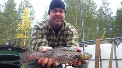 Anders Olsson, en av många fiskevårdsentusiaster i Rengsjö med en av de fiskar som sattes ut i helgen.