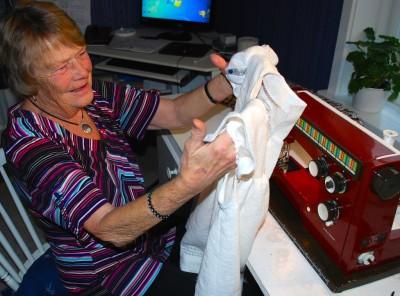 Det här är nog det roligaste jag varit med om, säger Berit Wahl som nu kör stenhårt vid sin symaskin om dagarna.