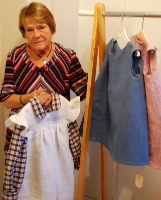 Det är fantastiskt att bli klädexportör på gamla dar, säger Berit Wahl och visar upp några linneklänningar som ska säljas på andra sidan jordklotet.